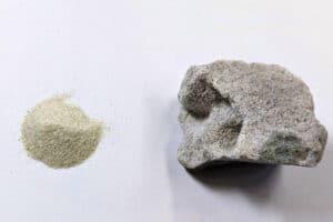 Produto endurecido feito com areia de sílica (esquerda: areia de sílica - diâmetro de cerca de 0,1 mm), direita: produto endurecido fabricado.